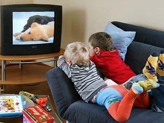 gyerek tévét néz alvás előtt